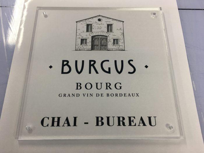 Réalisation d'une plaque en plexi pour les Chais-Bureaux de Burgus